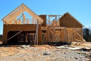 budowa domu ze spadzistym dachem