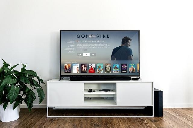 Telewizor z odpalonym kanałem filmowym