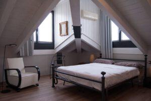 Sypialnia na poddaszu - jakie łóżko?